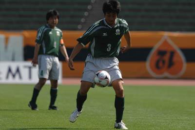 ボールをコントロールする菊池選手.jpg